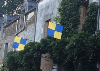 Drapeaux médiévales Rochefort en terre 2018 la maison Cosy
